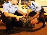 济南醉酒男扬言是北京人 闯卡被抓