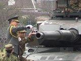 日本自卫队坦克炮口放红酒
