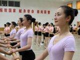 阅兵联合军乐团训练 女兵上形体课