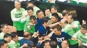 议会上演全武行 蓝绿民代互殴、锁喉