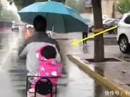 爸爸雨天接女儿放学,只带了一把伞,接下来的一幕让路人笑喷了!