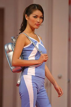 马来西亚著名模特谢丽萍展示老虎条纹的身体彩绘