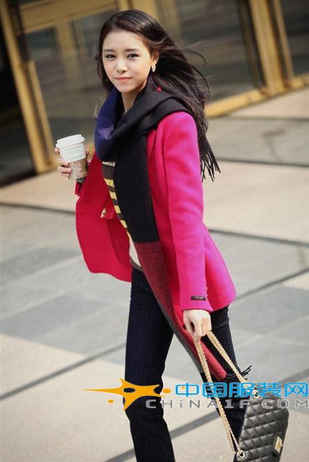 玫红色外衣搭配什么颜色丝巾好看