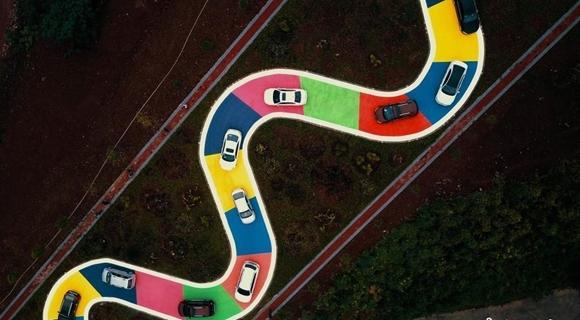 """重庆""""彩色S型公路""""正式通车 车辆排队体验"""