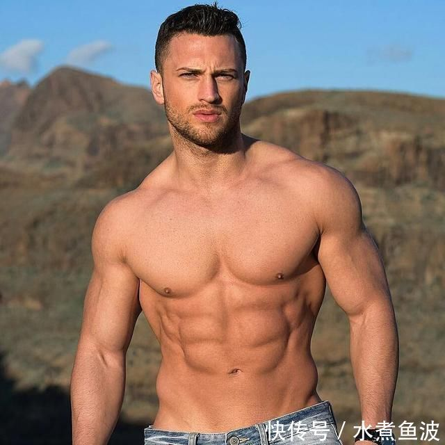这个动作,能让你在练胸的同时,练遍全身肌肉