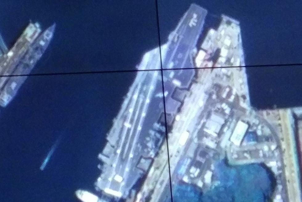 中国卫星拍到日本横须贺军港内美军航母 - 钟儿丫 - 响铃垭人
