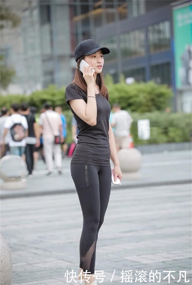 美女街拍:美女紧身裤搭配长款T恤,运动范十足