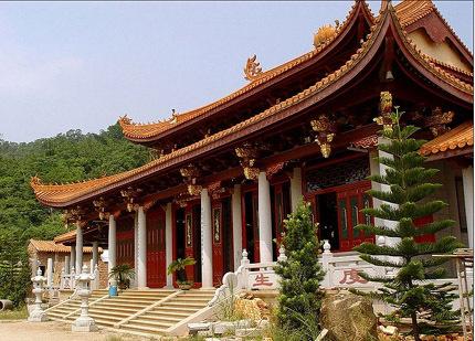 中华万佛塔以及处子龙背环绕中的中华寺