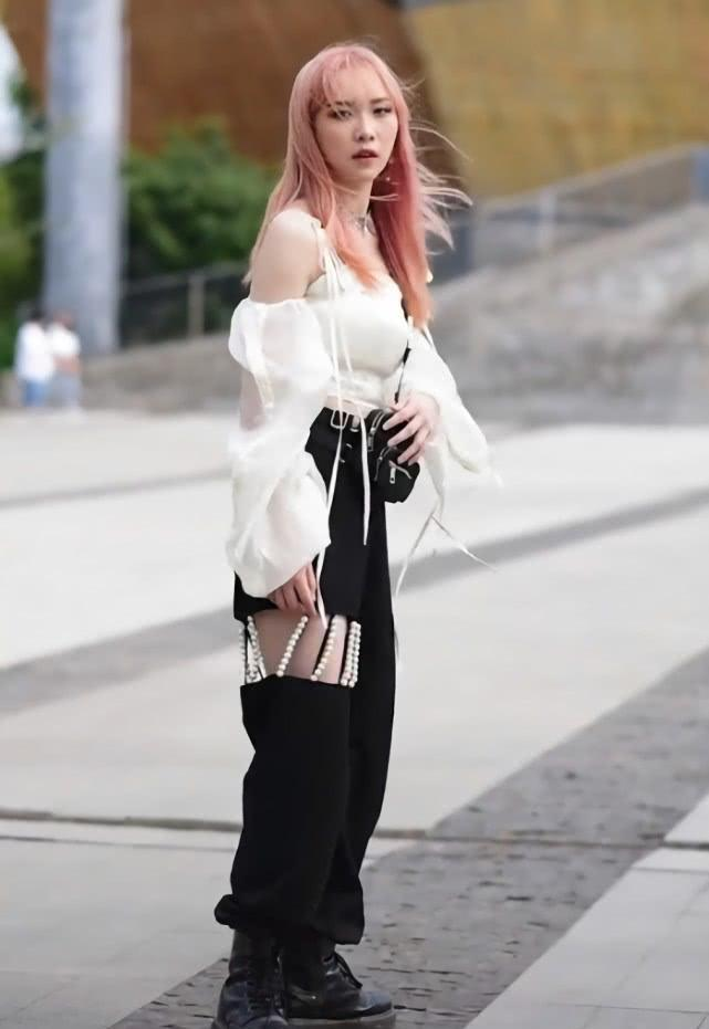 街拍:小姐姐一件白色单肩背心搭配低腰牛仔短裤,尽显时尚魅力插图(7)