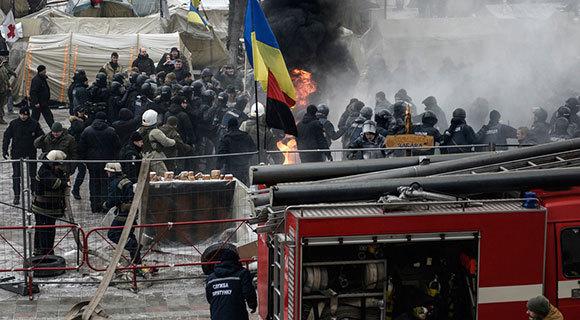 乌克兰议会大楼外爆发冲突 抗议者焚烧轮胎