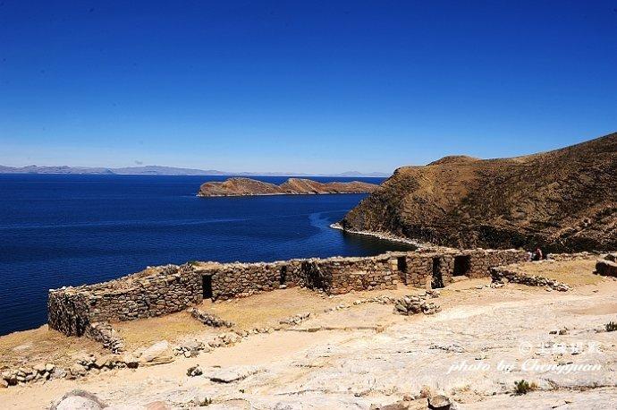 5平方哩),是 的的喀喀湖最大的岛屿,与月亮岛相望.