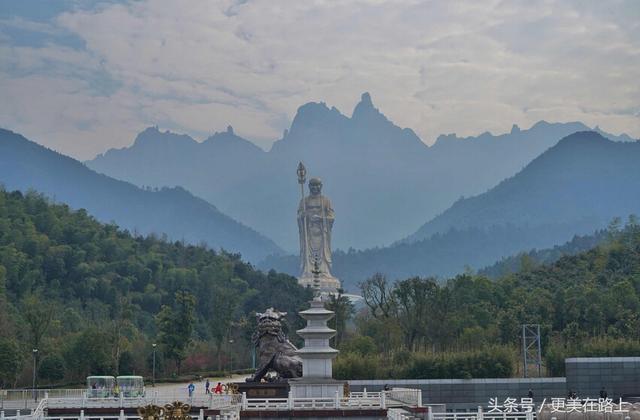 九华山 九华山位于安徽池州市,据说是地藏王菩萨道场,有寺庙80多座