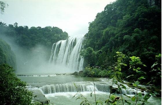 旅游  黄果树大瀑布[1]是亚洲 最大的瀑布,位于中国贵州省安顺市镇宁