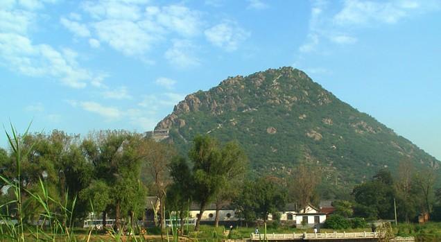 又称华山,是中国山东省济南市东北,黄河南岸一座海拔197米的小山,属于