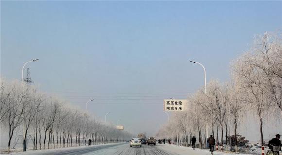 辽宁丹东一国道两旁现绵延百里雾凇景观
