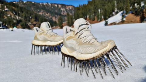 老外自制铁钉鞋,走在雪地上会怎么样?穿上没走两步就尴尬了!