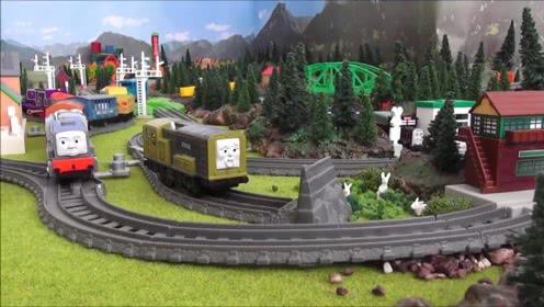 可爱的托马斯小火车玩具和朋友们在多多岛的小镇上运输货物