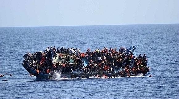载数百人难民船在利比亚近海海域倾覆瞬间