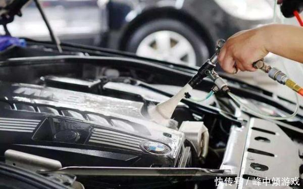 发动机到底能不能用水冲洗?告诉大家正确做法,清洗干净不伤车
