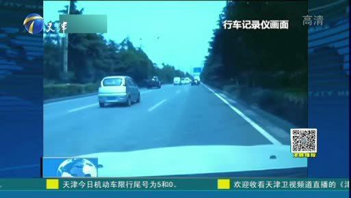 """<b>新闻</b>现场·<b>陕西</b>西安:""""路怒""""何时消? 男子持粗棍疯狂砸车"""