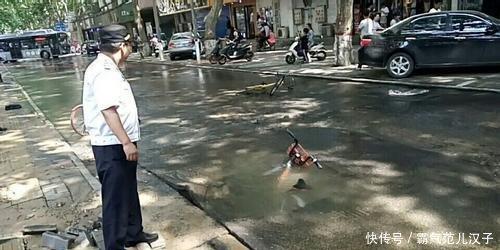 郑州深坑路跌入出现初中女生骑车塌陷桃源宝宝女生猫图片