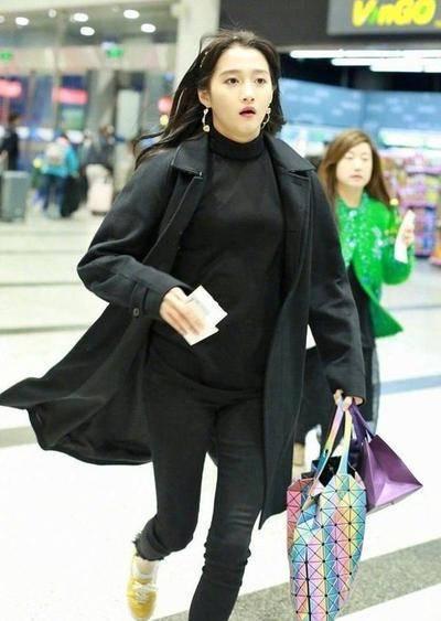 关晓彤为赶上航班狂奔丢掉偶像包袱,大长腿令人瞩目