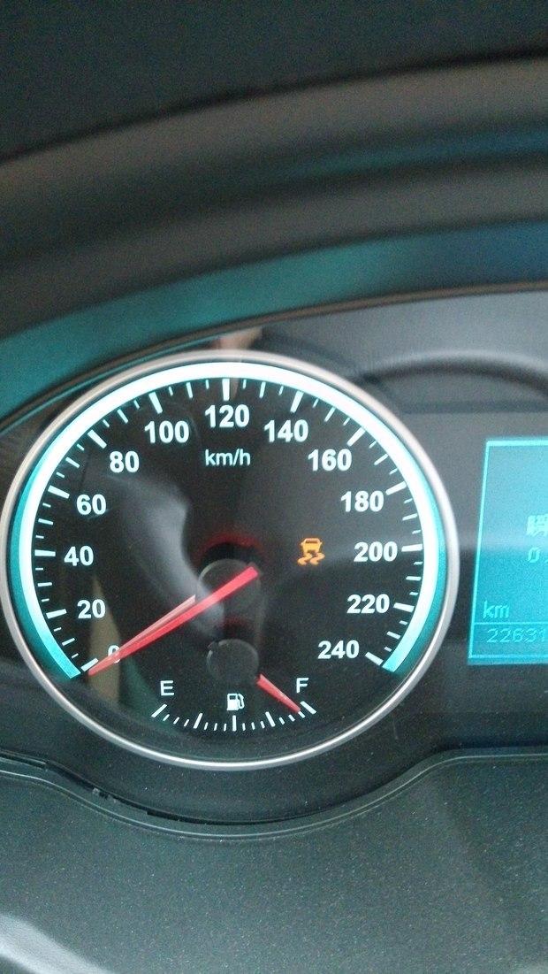 汽车仪表盘出现易滑图标,关闭发动机再重启动就没有了