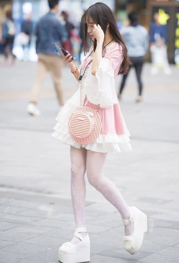 """路人街拍:小姐姐""""洛丽塔裙""""搭配厚底鞋,走在街上萌态十足!"""