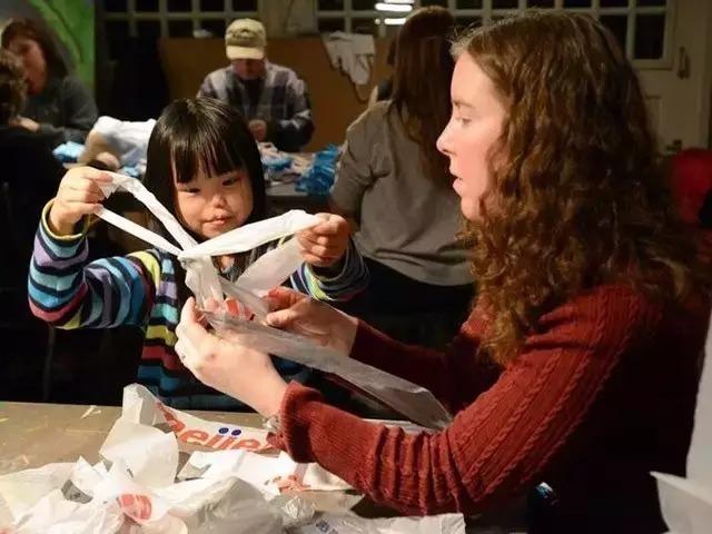 超温馨!她们将60万废弃塑料袋编织成地毯,温暖流浪汉!! -  - 真光 的博客