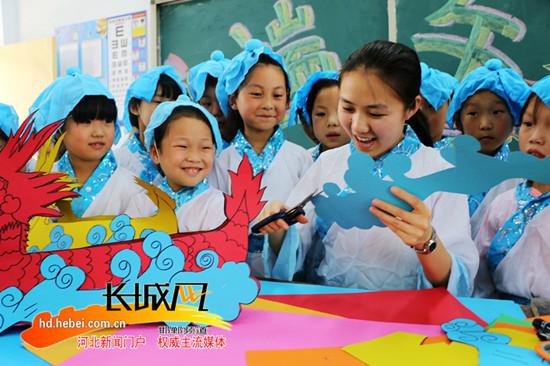 广平小学生创意手工课制作龙舟迎端午