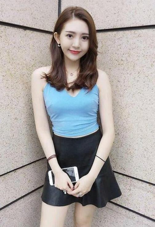 街拍:香草美人的小姐姐,一件蓝色上衣配黑色短裙,时尚靓丽迷人插图