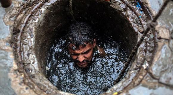 世界上最糟糕的工作:印度清污工10年死亡近600人