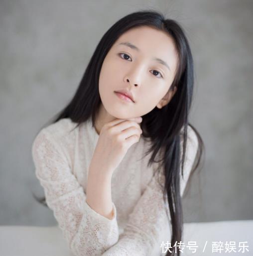 吴倩拍新杂志美成公主,当她移开拿着扇子的手,网友:无法直视