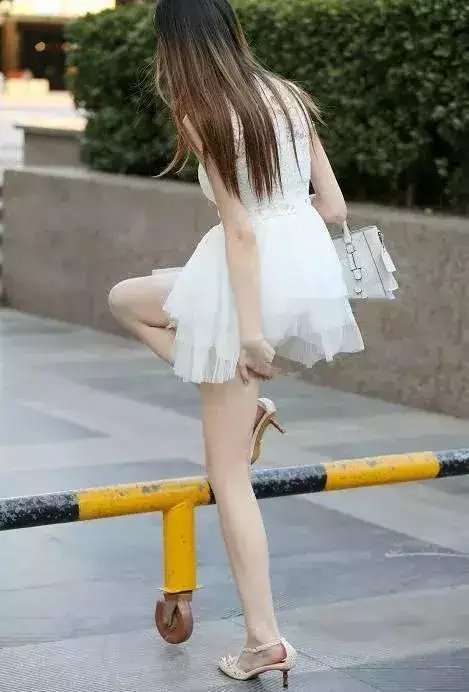 街拍:穿白色连衣裙的小白色,超短裙凸显细长美美女拍街热姐姐裤图片