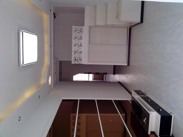 请问下白色的墙,白色的衣柜,烟灰色的窗帘,土黄色的地。 怎么会用深色的呢 ?要有层次也是局部的深色啊,地板不适合做深色的,本来您家里就装的是颜色比较淡的,只能说在软装上用点深色就好了,不要太大面积的深色了,那样就比较乱了,地板建议还是选个浅色的吧,怕脏的话,可以选个带木纹或者其他纹路的,颜色尽量选择偏淡吧。 这种颜色不是很挑剔,什么颜色都可以,看自己喜欢就行了。 。我家现代简约式,地板浅米黄、墙白、门白色、电视墙灰色。 整体是浅色系的,窗帘也可以选择浅色系的,比如内黄嫩绿色。 白色的墙,淡黄色的地板,红木
