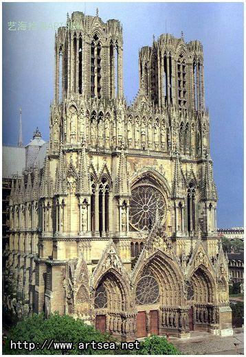 遍布教堂外墙的花纹及雕像也非常美丽动人