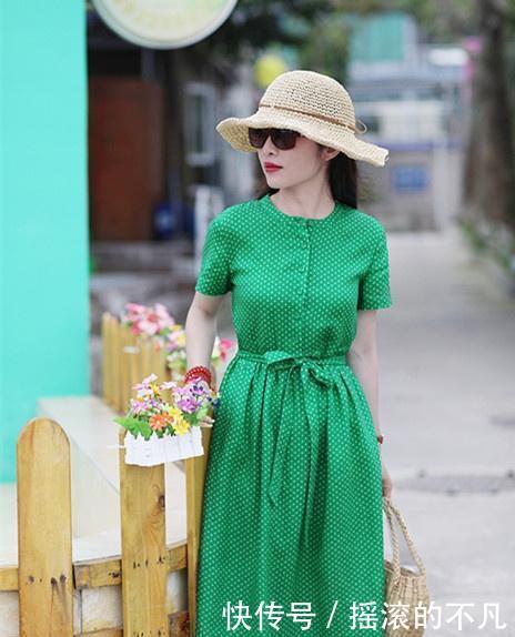 """中年女人想要精致感,除了新裙子,还要搭配应时的""""包包"""""""