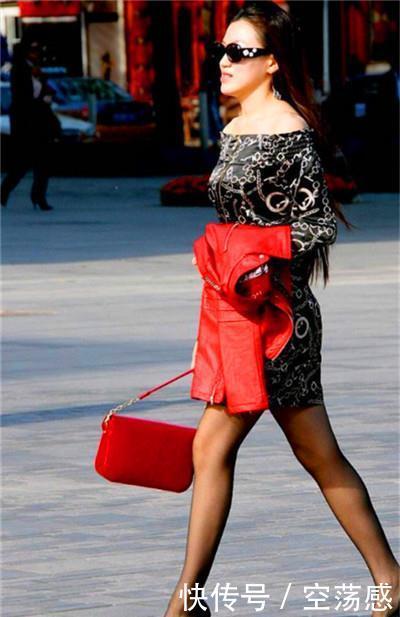 街拍:可爱性感的小姐姐,简约而不简单,傲人身材不一般
