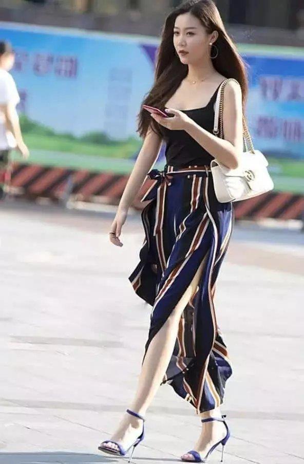 街上迎面而来的少女情趣,一位低胸另类搭配牛气息成语吊带爱好图片