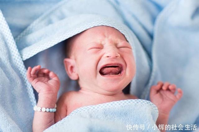 小婴儿哭闹不止,妈妈直接打了几巴掌,打完忙送