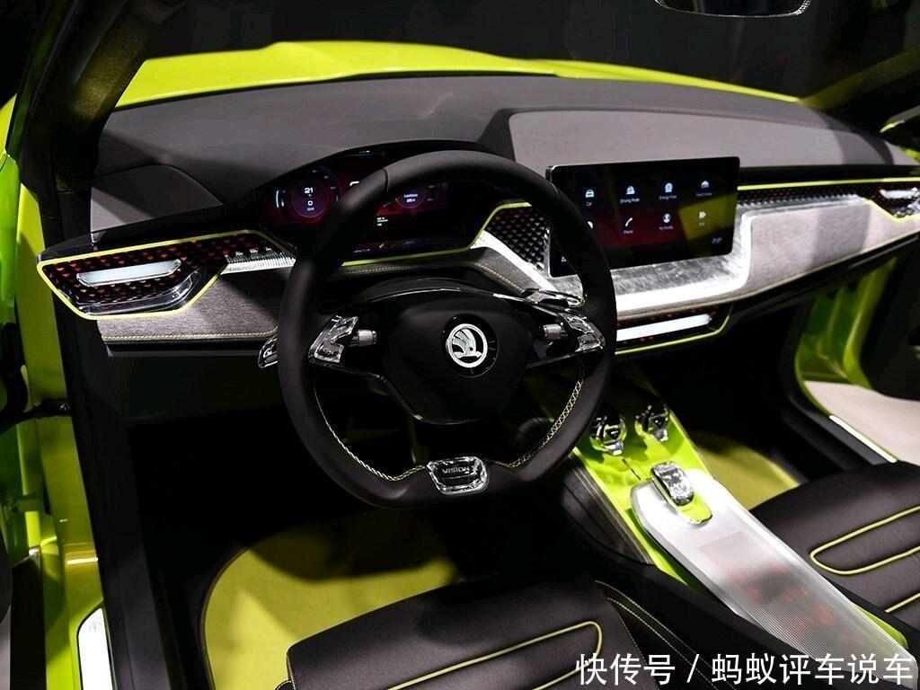 方向盘为三幅式平底设计,也是特别动感,该车还采用了全液晶的仪表盘