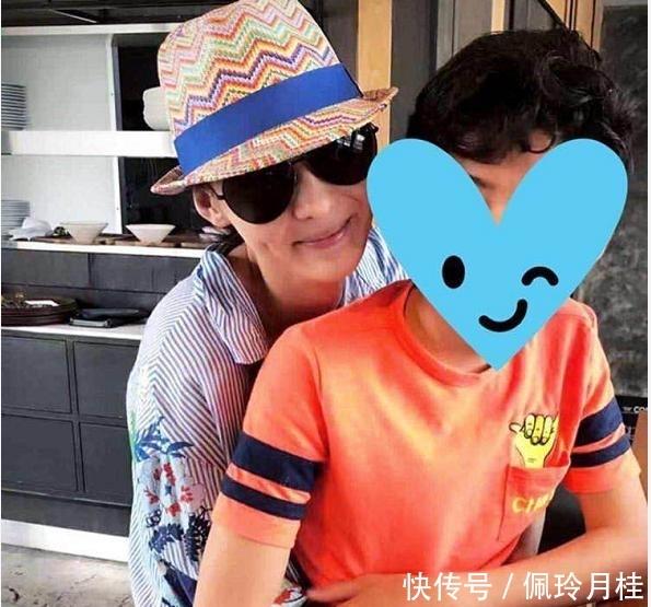 张柏芝跟12岁儿子嘴对嘴亲吻,儿子似全身抗拒不情愿 网友有话说