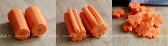 将雕刻好的梅花胡萝卜段切成每个月5mm厚的片