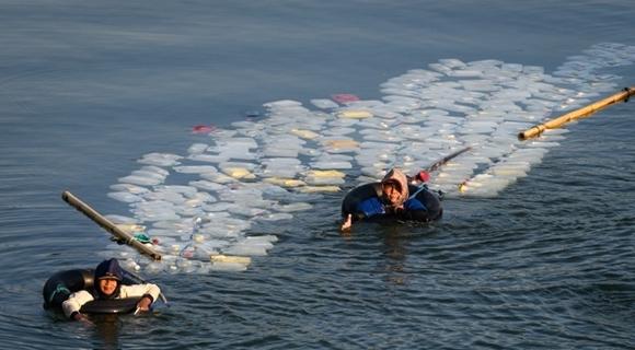 印尼妇女跋涉4公里取水 一瓶售卖2毛钱