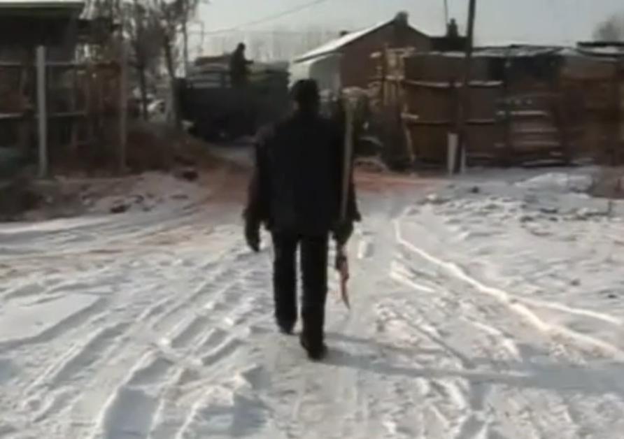 雪天车祸丧子后 沈阳72岁老人铲雪17年