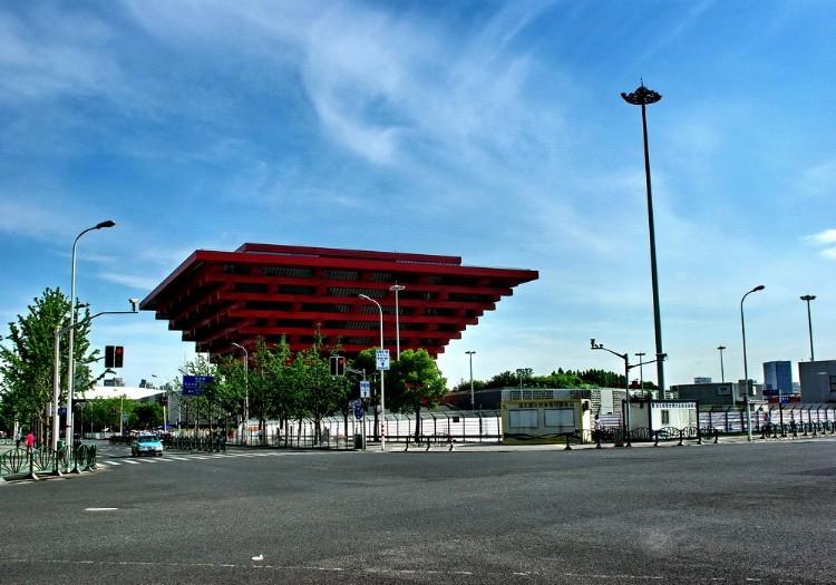 名称:上海世博展览馆 英文名称:Shanghai World Expo Exhibition and Convention Center . 国家:中国 城市:上海 中文地址:中国上海浦东新区国展路1099号 一号展馆: 展馆面积 125*185.2m 地坪材质 强固水泥 展馆承重 3500kg/ 货物入口 共6个入口 其中2个5.4m5.75m,4个4.2m4.3m(高宽) 柱子数/间距 无柱 Pillar-free 电梯 无 地沟 共18条地沟,南北各均匀分布9条,每条间距9米 供电方式 三相五