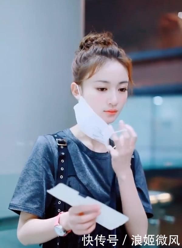 吴谨言身穿灰色T恤外搭黑色羽毛薄纱长裙 气质和魅力展现到极致插图(3)