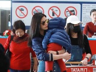 陈妍希最新机场秀抱上了儿子小星星,两个人的打扮完全不同季节