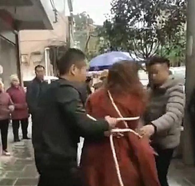 男子怀疑妻子出轨,拉妻子游街示众