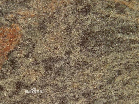该石头内含有铜矿等金属矿物,表面金属经氧化后,加上皱摺的石纹,形成